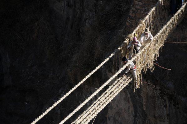 Le pont Q'eswachaka fait de tiges d'herbe assemblées en cordes traverse un précipice de plusieurs dizaines de mètres – © Patronato de Cultura Machu Picchu via FIBRA Award