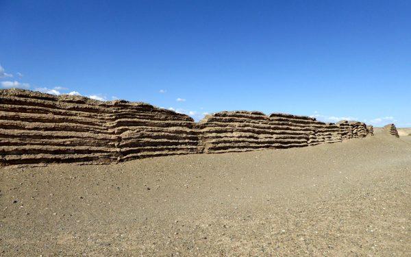 La muraille de Chine est construite avec les ressources disponibles directement sur place. Dans le désert de Gobi où la pierre et le bois sont très rare, la muraille est construite en sable intercalé de lits de roseau – crédit : Hiroki Ogawa CC-BY-3.0